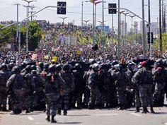 Polícia tenta conter manifestantes em região próxima ao estádio Castelão em Fortaleza (Foto: Kai Pfaffenbach/Reuters). 19/06/2013.
