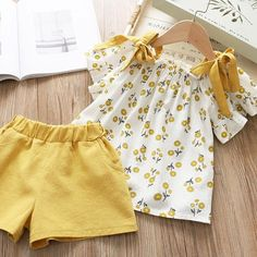 Yellow Sunflower Cold Shoulder Blouse And Shorts Set - 5 6 YEARS Gelbe Sonnenblume Cold Shoulder Bluse und Shorts Set - 12 18 Monate Frocks For Girls, Dresses Kids Girl, Girl Outfits, Baby Girl Dress Patterns, Baby Dress, Cold Shoulder Bluse, Baby Girl Fashion, Kids Fashion, Baby Frocks Designs