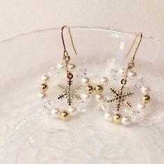 パールとビーズで作ったリースの真ん中に、雪の結晶をあしらった冬らしいピアス。全長 約3.8cm雪の結晶パーツ 約14×12mm樹脂パール ...|ハンドメイド、手作り、手仕事品の通販・販売・購入ならCreema。 Beaded Jewelry, Jewelry Box, Jewelry Accessories, Leather Earrings, Bead Earrings, Wire Crafts, Jewelry Crafts, Diy Crafts For Gifts, Beautiful Earrings