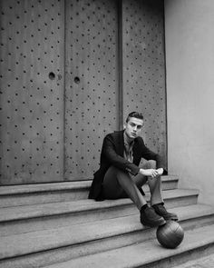 Juventus football player Paulo Dybala teams up with fashion photographer Eric Guillemain for the pages of L'Uomo Vogue's January 2016 edition. Juventus Players, Juventus Fc, Soccer Guys, Men's Football, Basketball, Juventus Wallpapers, Vogue, Neymar Jr, Sports Stars