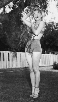Marilyn Monroe - Photo Session At Hollywood Agent Johnny Hyde's Backyard W. Palm Drive) On May 1950 In Beverly Hills, California. (Photo By Earl Leaf-Michael Ochs Archives-Getty Images) Marylin Monroe, Marilyn Monroe Fotos, Divas, Pin Up, Classic Hollywood, Old Hollywood, Photo Vintage, Marlene Dietrich, Norma Jeane