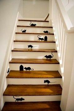 Quand le chat n'y est pas, les souris dansent dans les escaliers.