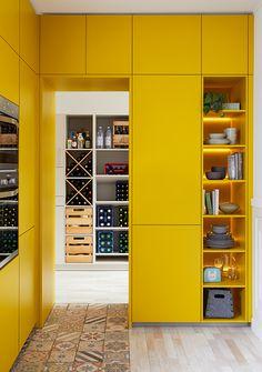 In de gekleurde gele kastenwand zit een uittrekbare hoge voorraadkast verwerkt met houten plateaus met metalen band. Mooi, ruimtelijk, maar ook zeker een strak gezicht!  #schüllerküchen #havannabruin #fluweelmat #keukenfront #keukenfronten #kleuren #kleurrijkwonen #geelwonen #geel #keuken #keukens #tielemankeukens #keukenstijl #keukentrend #keukentrends #keukeninspiratie Kitchen, Home Decor, Cooking, Homemade Home Decor, Home Kitchens, Kitchens, Decoration Home, Cucina, Cuisine