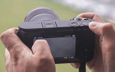 Yi M1 Die Kamera verfügt über denkbar wenig greifbare Bedienelemente. Stattdessen kommt ein 3 Zoll großer Touchscreen mit 1,04 Millionen Bildpunkten zum Einsatz. Der Kontrast-Autofokus arbeitet mit 81 Messpunkten und kann auch über den Touchscreen angesteuert werden. Genauso lässt sich bei Bedarf auch der Auslöser betätigen. Die Kamera erreicht eine Serienbildgeschwindigkeit von 5 Fotos pro Sekunde und kann neben JPEGs auch DNG-Daten speichern. Neben WLAN ist auch Bluetooth LE eingebaut.