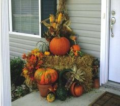 60 Fall Porch decorating ideas to bring in the gorgeous colors of autumn at your doorstep - Ethinify Autumn Decorating, Porch Decorating, Decorating Ideas, Decor Ideas, Fall Outdoor Decorating, Harvest Decorations, Thanksgiving Decorations, Outdoor Decorations, Thanksgiving Table