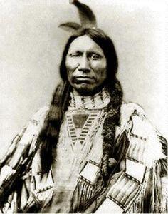 WASECHUN TASHUNKA (Caballo Americano, el Joven)  (Lakota Oglala, 1.840 - 1.908)  pueblo  Desde joven, expuso el argumento de la inutilidad de una resistencia violenta frente a la presión de los blancos desde el este. De creciente influencia entre los suyos a partir de 1.866, no dejó de contar con la oposición de otros jefes políticos y militares
