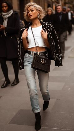 stylish autumn outfit with shortened leather jacket belt and skinny jeans . - stylish autumn outfit with shortened leather jacket belt and skinny jeans …. Outfit Jeans, Jean Jacket Outfits, Leather Jacket Outfits, Crop Top Outfits, Fall Outfits, Biker Jacket Outfit Women, White Crop Top Outfit, White Jacket Outfit, Cropped Jeans Outfit