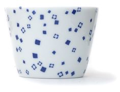 Inban Soba Cup Set of 5 - Contemporary soba 'choko' in indigo blue dye and white colour combinations. Not just beautifully proportioned, these soba 'choko' are very versatile and can be easily used as drinking vessels, ice cream cups, and many uses. φ76xH56mm 140ml. Arane - Hail & ice - Ref : AZKS00002. 29€