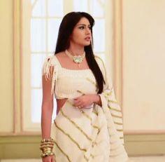 Anika from Ishbaaz, saree styles. Fashion trends from Anika Ishbaaz Indian Attire, Indian Wear, Indian Outfits, Indian Clothes, Indian Fashion Trends, Indian Designer Outfits, Saree Wearing Styles, Saree Styles, Modern Saree