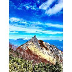 ・ 週末の天気が悪そうなので過去のpic📷 鳳凰三山 2016.10.23 赤抜沢ノ頭からのオベリスクは今回の鳳凰三山縦走でのベスト眺望 富士山、北岳、間ノ岳のベスト3が見えるのも最高ですね✨ 花の咲いてる時期にもう一度行ってみたい山になりました⛰ #山 #山登り #山登り好きな人と繋がりたい #登山 #登山好きな人と繋がりたい #山が好き #百名山 #日本百名山 #鳳凰三山 #オベリスク #地蔵岳 #赤抜沢ノ頭 #観音岳 #薬師岳#縦走 #山欠