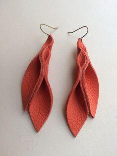 Handmade Leather Jewelry, Diy Leather Earrings, Diy Earrings, Leather Craft, Jewelry Making Beads, Clay Jewelry, Jewelry Crafts, Feather Jewelry, Homemade Jewelry