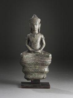 Bouddha sur Naga Cambodge, Art Khmer, Style d'Angkor Vat, XIIème siècle. Bronze de belle patine verte. H : 20 cm.