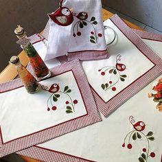 Mais uma novidade fresquinha aqui no ateliê: jogo de cozinha de pássaro. #elo7br #elo7 #bordado #lojavirtual #serranegra #serranegrasp #cozinha #jogodecozinha #panodeprato #jogoamericano #caminhodemesa #decoracao #ateliedazete #dishcloth #placemat #bird #kitchen #kitchendecor #patchwork #patchwork #artesanato #feitocomamor #handicraft #handmade #fabric #fabriclove