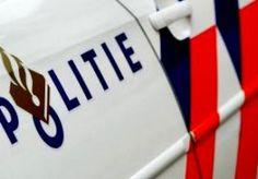13-Oct-2014 5:30 - POLITIEWAGEN BOTST TEGEN BOOM. In Utrecht is gisteravond een politieauto tegen een boom gebotst tijdens een achtervolging. In de wagen zat een agent. Het is niet bekend of hij gewond is geraakt. De agent achtervolgde drie inbrekers. Zij zijn kort na het ongeluk opgepakt. Waar ze hebben ingebroken, heeft de politie niet bekendgemaakt. De schade aan de politieauto is groot. Op foto's op Twitter is te zien dat de voorkant van de auto is verwoest.