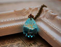 Glowing Flower Resin Necklace – Glow in the Dark Necklace, Real Flower in Teardrop Resin, Dried Flower Resin Jewelry, Glowing Necklace
