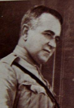Um jovem Vargas, com uniforme militar, se lança como líder da Revolução de 30. O papel de Antonio Carlos Ribeiro de Andrada, presidente de Minas, é vital. Antonio Carlos e não Getúlio é que é o lider civil da Revolução de 30.