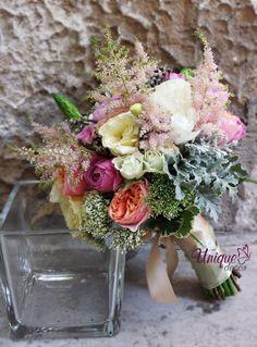 Un buchet marca Unique Decor cu miniroze, trandafiri, astilbe, trachellium, dusty miller, ornitogallum si brunia.