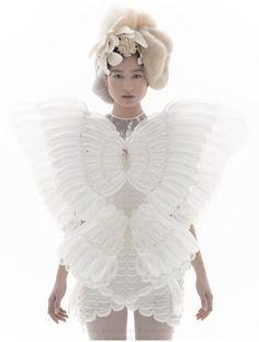 """This is a balloon dress designed by Rie Hosokai, who makes couture balloon fashion. Her """"company"""" is Daisy Balloon. Unique Fashion, Fashion Art, Editorial Fashion, Fashion Design, Lazy Fashion, White Fashion, Balloon Dress, Daisy, Mode Editorials"""
