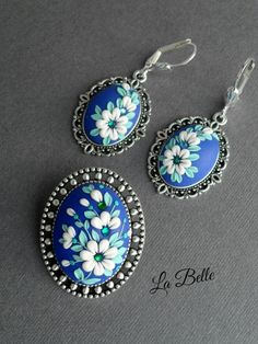 Pendant and earrings in a technique floral filigree. Polymer Clay Ornaments, Polymer Clay Christmas, Polymer Clay Canes, Polymer Clay Flowers, Polymer Clay Necklace, Polymer Clay Pendant, Handmade Polymer Clay, Collier Floral, Polymer Clay Embroidery
