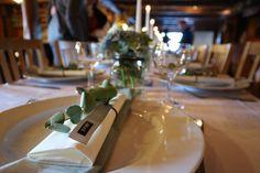 Borddekking hortensia rose eukalyptus konfirmasjon svart hvit moderne glass Table Decorations, Furniture, Home Decor, Decoration Home, Room Decor, Home Furnishings, Home Interior Design, Dinner Table Decorations, Home Decoration