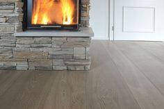 Holzboden mit breiten Eichendielen, Farbton Bologna 06 von Wimmer - grau, stone, | wide plank flooring, oak stone grey. Landhausdielen (auch Schlossdielen genannt) als moderner Luxus