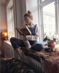 how to style denim overalls. cozy overall fashion. Overall and chunky knit sweater. Style Salopette, Salopette Short, Denim Jumpsuit, Denim Overalls, Dungarees, Outfits Damen, Mode Vintage, Mode Inspiration, Photography Poses
