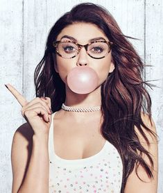 Sarah Hyland wearing glasses and blowing a bubble in Candie's Spring 2018 campaign Buble Gum, Blowing Bubble Gum, Bubble Art, Sarah Hyland, Wearing Glasses, Spring Collection, American Actress, Pretty Woman, Beauty Women
