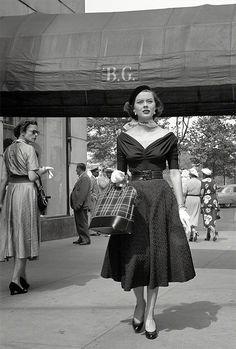 Model Doris Erwin walking down Fifth Avenue. Vintage Glamour, Look Vintage, Vintage Mode, Vintage Beauty, Vintage Photos, Vintage Outfits, Vintage Dresses, Vintage Clothing, 1950s Dresses