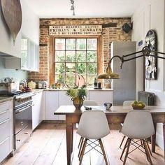 """829 curtidas, 5 comentários - Uma Casa Como Poucas (@blogumacasacomopoucas) no Instagram: """"Adoro essas casas antigas que os moradores deixam uma parede exposta, aí é uma parede de tijolo e…"""""""