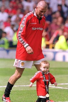 TODAY - 01 May, 2010  صور مانشستر يونايتد على مر السنين Manchester United football kits through the years: in pictures