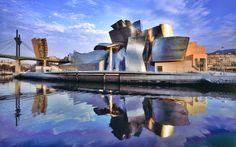 O Museu de Arte Moderna Guggenheim fica em Bilbao, na Espanha, e foi projetado pelo arquiteto Frank Owen Gehry. Construído ao longo do Rio Nervión, que atravessa toda a cidade, a construção mudou a cara da cidade
