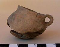 Jarro (arqueológico y etnográfico) - El jarro es una forma cerrada, normalmente con una base plana de cuerpo cilíndrico o globular, con cuello y un asa. En jarros arqueológicos y etnográficos se presenta un cuello escotado sin vertedero.
