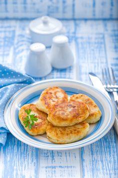 Αρωματικοί πατατοκεφτέδες Greek Recipes, Breakfast, Platter, Food, Kitchens, Morning Coffee, Essen, Greek Food Recipes, Meals