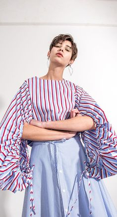 The Fallyn top in voluminous sleeves with vertical pattern. Tied at the end in cuffs to create anexaggerated volume effect. Back button. Lightweight. COMPOSIT