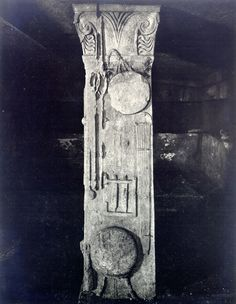 Simbolismul pomului vieţii este amplasat în vârful coloanelor existente în interiorul mormântului, împodobind capitelurile.  Pomul Vieţii este înfăţişat în cea mai veche reprezentare: V-ul Marii Zeiţe şi bucraniul-uter. La începutul mileniului I î.e.n., grupul format din cele două simboluri era deja considerat POMUL VIEŢII în Orientul Apropiat. Mai