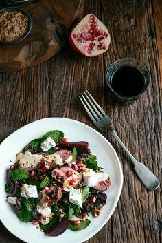 Von der Küche: Lamm-Linsen-Salat mit Roter Bete, Feta, Roasted Red Onion, Joghurtdressing und Dukkah