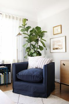 a cozy corner seating area / coco kelley Living Room Inspiration, Bedroom Seating, Living Room Decor Inspiration, Living Room Modern, Living Room Makeover, Modern Room, Bedroom Seating Area, Corner Seating, House Interior