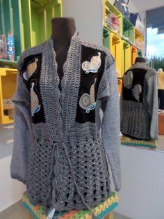 saco tejido a crochet combinado con tela y mariposas bordadas