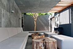 love the tree trunk chairs