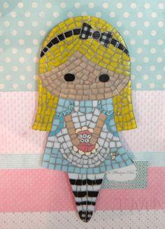"""Quadro de Mosaico Alice, inspirado na personagem do filme da Disney Alice no País das Maravilhas. <br>Design exclusivo, feito pela mosaicista Tainah Neves. <br> <br>Mosaico feito à mão com Pastilhas de Vidro, Pastilha Cristal, Azulejo, Pastilha de Vidro Reciclado, Pastilha Glitter, Pastilha Ouro, Apliques corações e letras """"Eat Me"""". <br> <br> <br>Acompanha um lindo envelope protetor de feltro. <br> <br>Dimensões: 33,5 cm x 16,5 cm, espessura 1,3 cm."""