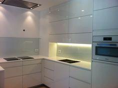#Design witte hoogglans keuken met glazen achterwanden #eiland #dankuchen