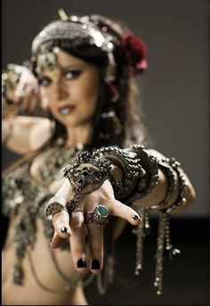 Dripping tribal goodness: Atlanta native Moria Chappell of the Belly Dance Super Stars. Mostly Tribal Fusion material. Tribal Fusion, Dark Black, Estilo Tribal, Tribal Belly Dance, Belly Dance Costumes, Dance Fashion, Belly Dancers, Poses, Boho Gypsy