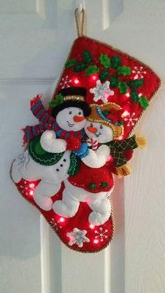 Snuggle sentía media copo de nieve con luces Cross Stitch Christmas Stockings, Christmas Applique, Felt Christmas Ornaments, Handmade Christmas, Vintage Christmas, Christmas Wreaths, Christmas Decorations, Christmas Projects, Holiday Crafts