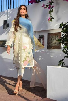 Designer Party Wear Dresses, Kurti Designs Party Wear, Indian Designer Outfits, Pakistani Designer Clothes, Kurta Designs, Pakistani Fashion Party Wear, Pakistani Dresses Casual, Pakistani Dress Design, Indian Fashion