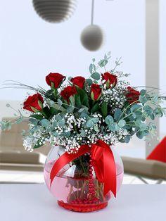 Akvaryum cam fanus içerisinde 7 adet kırmızı gül Kırmızı gül büyük aşkın simgesidir. Siz bu kırmızı güllere aşkınızı fısıldayın, onlar sevdiğinize iletsin. Kelimeleriniz anlatmaya yetmiyorsa eğer, onların sevdiğinize söyleyecek bir şeyleri var.