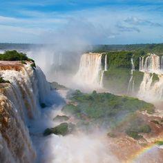 Les chutes d'Iguaçu sont un ensemble de 275 cascades formant un front de 2,5 kilomètres de long, et pouvant atteindre 90 mètres de hauteur.   Située à la frontière du Brésil et de l'Argentine, au milieu de la forêt équatoriale, les chutes interrompent le cours de la rivière Iguaçu, affluent du Paranà.