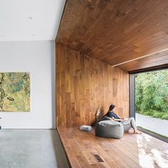 "Wrap landings in wood? A Japanese-style reading nook and a sculptural wooden staircase feature in this Los Angeles house, which has been overhauled by local studio Dan Brunn Architecture to ""pay homage"" to its original architect Frank Gehry Style At Home, Wooden Staircases, Japanese Interior, Modern Japanese Architecture, Japanese House, Japanese Kitchen, Home Interior Design, Room Interior, Home Fashion"