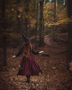 The Autumn Witch - Modern witch - Photographie D' Halloween, Halloween Fotografie, Theme Halloween, Halloween Photos, Fall Halloween, Vintage Halloween, Preschool Halloween, Whimsical Halloween, Kawaii Halloween