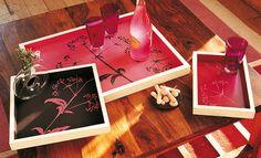 Tutoriel DIY pour peindre à la peinture laque des motifs de graminées sur des plateaux de services en bois gigognes.