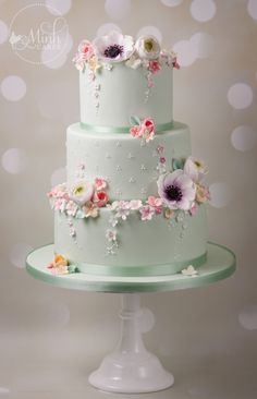 Floral Wedding Cake by Minh Cakes - Cake gallery by Minh Cakes - Hochzeitstorte White Wedding Cakes, Beautiful Wedding Cakes, Gorgeous Cakes, Wedding Cupcakes, Pretty Cakes, Floral Wedding, Spring Wedding Cakes, Purple Wedding, Gold Wedding